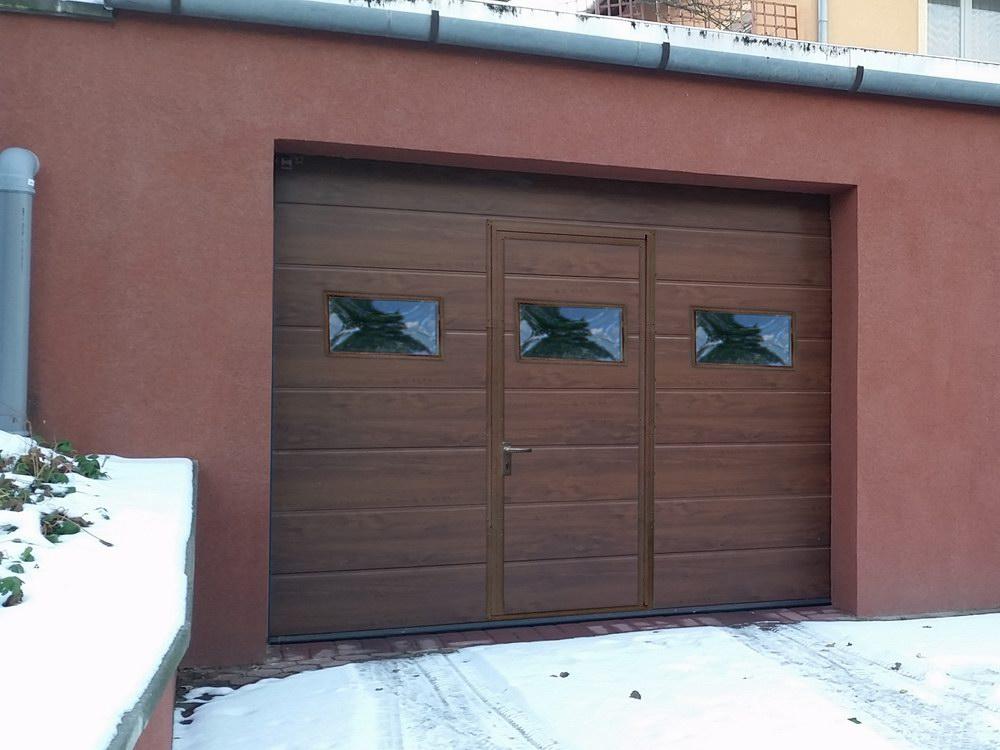 Szeles bordás fadekor dió ECOTOR garázskapu átjáró ajtóval, ablakokkal