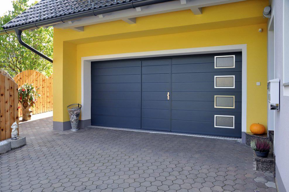 Antracit DITEC garázskapu beépített átjáró ajtóval és ablakokkal