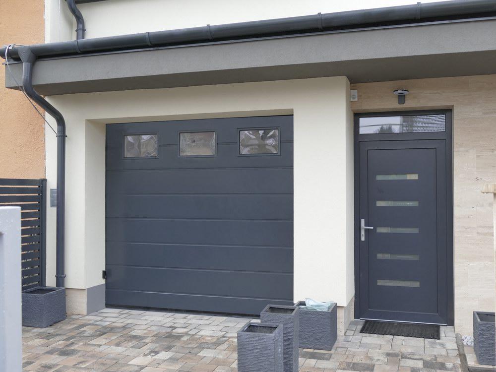 Széles bordás ECOTOR garázskapu antracit színben, hőszogetelt ablakokkal