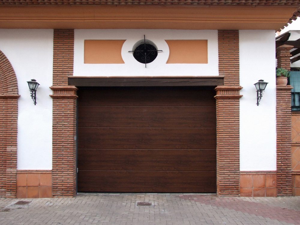 ECOTOR garázskapu egyedi fadekor kivitelben