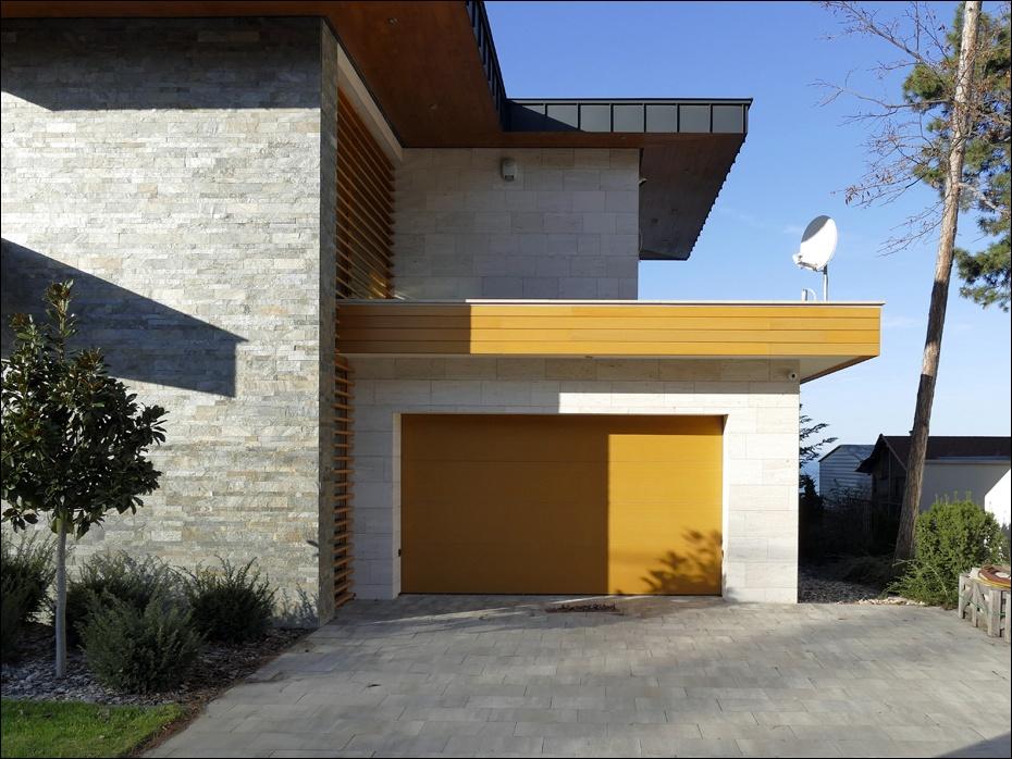 Egyedi fadekor mintázatú és színezetű, hőszigetelt szekcionált garázskapu referenciamunka Siófokról.