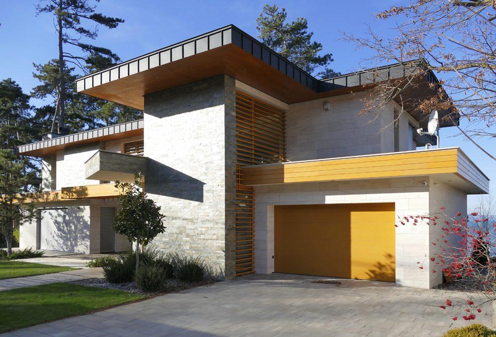 Balatoni villa egyedi fadekor kivitelű ECOTOR garázskapuval